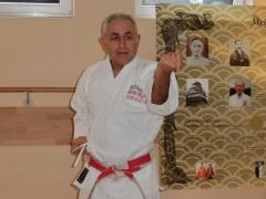 Luis Inostroza leitet das Karate Training