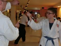 Teilnehmer üben Combat Arnis Techniken