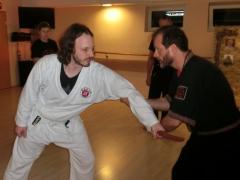 Christian Kehl erklärt Techniken gegen Messerangriffe
