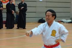 Higuchi Sensei 9.Dan Hanshi Shotokan Karate Do demonstriert Weltklasse-Kata und -Bunkai.