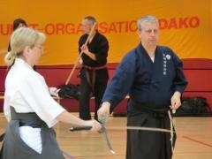 Axel Koszek beim Vorbereitungstraining für seine erfolgreiche Iaido-Dan-Prüfung. Christine Rauscher übernimmt den Schlußcheck.